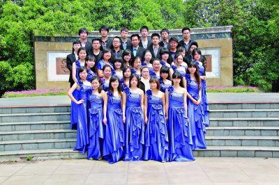 大学生穿晚礼服拍毕业照