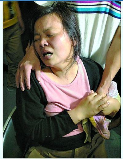 妈妈紧攥着孩子的鞋子,哭倒在自己弟弟的怀里