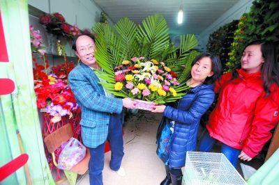 怕在吉隆县买不到鲜花,昨晚,刚刚抵达日喀则的邓教授和武汉九峰革命烈士陵园的工作人员一起出门订购鲜花。今天,经过10小时的车程,我们将抵达吉隆县。 特派记者蔡晓智 日喀则数码传真