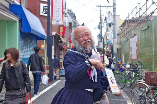 62岁大叔穿水手服扮萝莉 自称要拯救日本