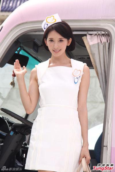 林志玲玩制服诱惑 紧身护士超短裙秀性感身材