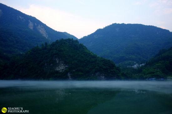tips:   清江是土家的母亲河,洋洋洒洒八百里宛如一条蓝色漂带,穿山越峡,自利川齐跃山逶逶西来,横贯鄂西南10多县市,随着隔河岩、高坝洲、水布垭水利枢纽工程的兴建,在清江流域内形成386万亩的亦江亦湖的奇妙自然景观,两岸独特的喀斯特地貌,峰峦叠峰,直刺苍穹,湖内数百翡翠般的岛屿星罗棋布、灿若绿珠。如黛江水烟波浩渺,高峡绿林曲径通 幽,人称清江有长江三峡之雄,桂林漓江之清,杭州西湖之秀,风光无限,无与伦比。清江的山,清江的水,清江的人,清江的民族融汇在一起的是一江生生不息,浩浩荡荡, 博大精深的