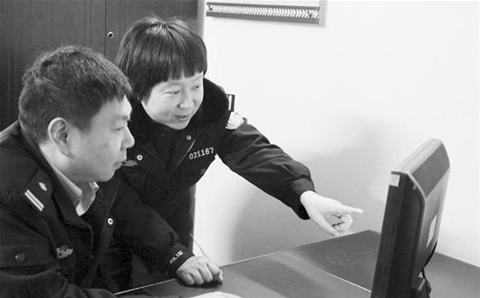 图为:郑黛璇(右一)通过分析视频帮群众找丢失的物品