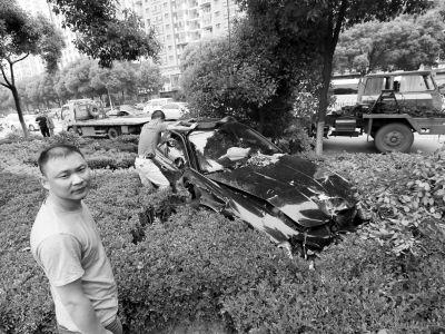 """图为冲进花坛的""""玛莎拉蒂""""轿车。记者杨涛 摄"""