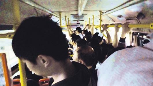 拥挤的229路公交车