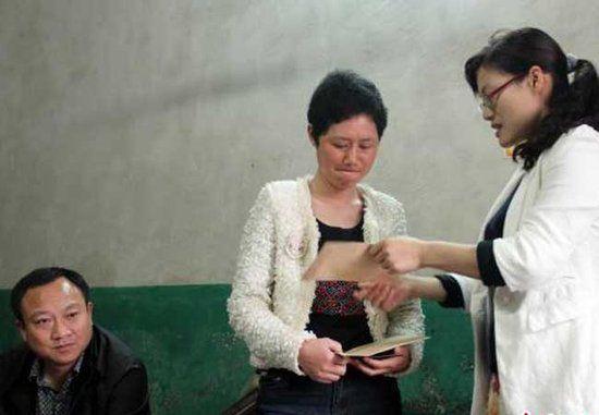 图为当地政府部门给王丽红送来善款。吴奇勇摄