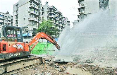 昨日,汉口古田二路一在建工地内300mm主水管阀门突然损毁,冲起四层楼高的水柱 记者刘斌 摄