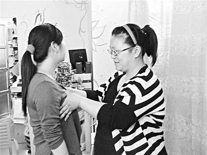 图为:熊娟一出手便能准确为顾客挑选最适合的胸罩 (记者肖丽琼摄)