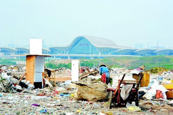 垃圾山距离武汉火车站仅3里左右(记者刘大家摄)。
