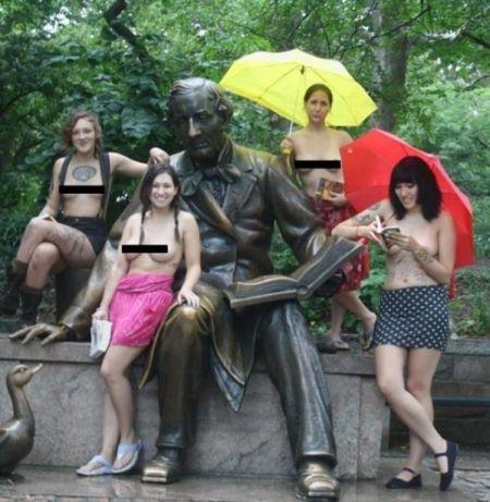 女孩街头裸体读书