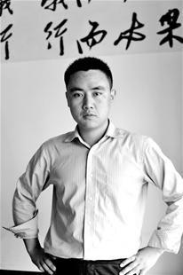 楚天金报讯 图为:杨晓锋正在指导员工