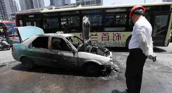 图为烧毁的出租车