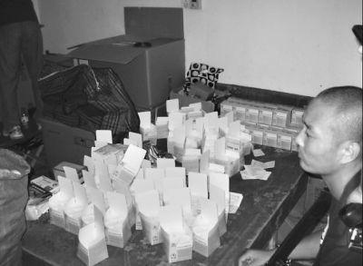 民警在嫌疑人钱某窝点之一海安公寓查获的部分假药 通讯员 王旭东 摄(图片来源长江日报)