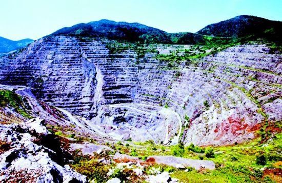 图为:大冶铁矿露天采矿坑。 (供图:黄石市旅游局)
