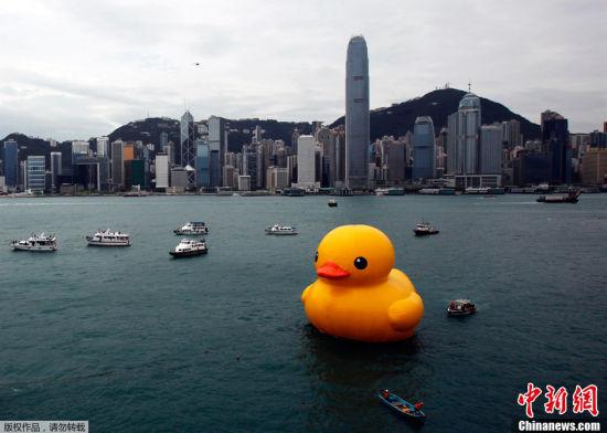 16米高巨型开心鸭仔游抵香港