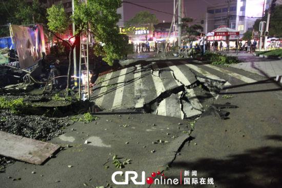 湖北荆州闹市区一处道路发生大面积塌陷