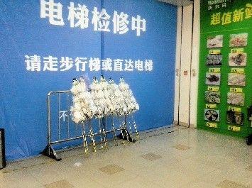 出事电梯仍被封锁。本报记者杨自林 摄