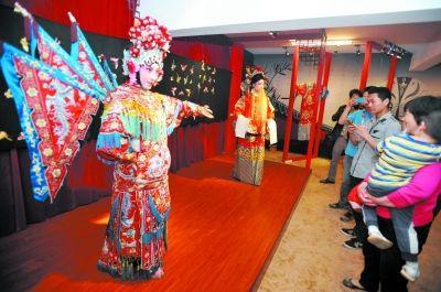 精美的汉绣作品吸引了观众目光。记者李子云 摄