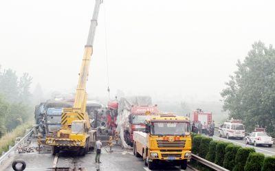 因雾霾天气影响,二广高速胡集段发生严重车祸,16辆车追尾,造成1人死亡多人受伤。特派记者 陈亮 通讯员 陈军 摄