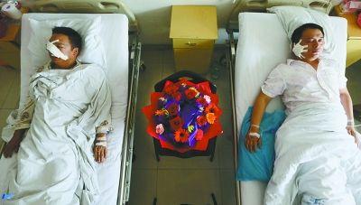 上图:身受重伤的两位民警在医院接受治疗,战友们送上康乃馨祝福他们早日康复。