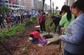 5月20日,常宁市西部风情小区附近,2岁的飞飞(化名)掉入无盖窨井身亡。图/一路拍摄友潇湘客