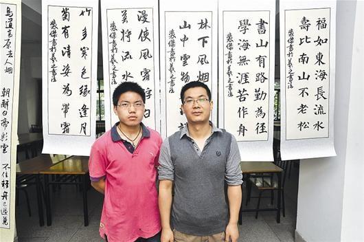 楚天金报讯 图为:裴杰(左)和史家顺在作品前