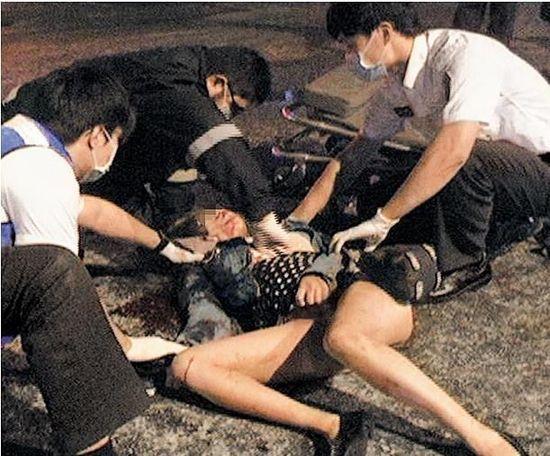 蒋泳馨被砍杀十多刀,满身是血倒地,送医后仍伤重不治。