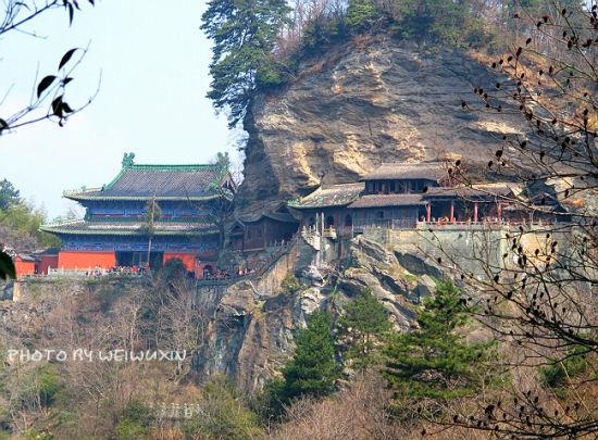 新浪旅游配图:建在岩石里的南岩宫 摄影:魏无心