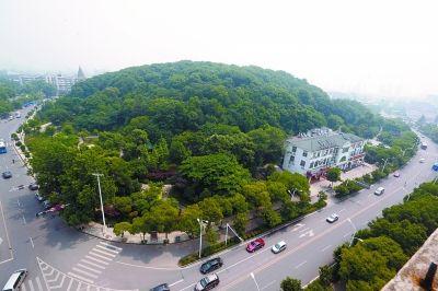 上图:现出了真容的吴家山。 记者蔡晓智摄