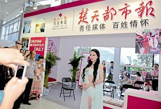 图为:昨日,知名车模吴雨婵来到车展本报展台与市民互动 记者魏铼摄
