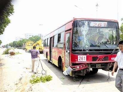 图为:失控公交车被吊车拖走