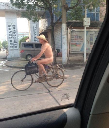 草帽哥淡定骑行 图片来自网友微博