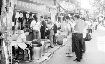 2010年10月1日,汉口精武路一鸭脖店顾客络绎不绝。