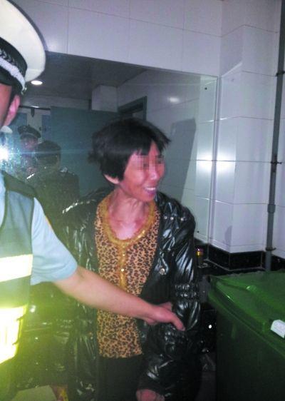 行凶者被民警带离。图片由郑学侦提供