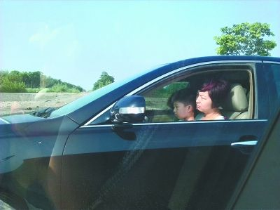 女子抱着孩子开车