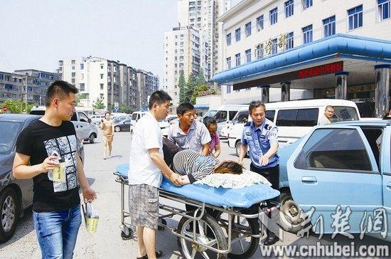 丈夫胡怡兵(左二)、司机张海波(左三)、民警一起将孙海霞抬上平床