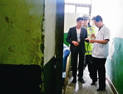 图为:发病乘客被警察送医