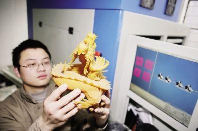 武汉滨湖机电工作人员展示3D打印出来的龙形雕塑。本报记者 孙辰 摄