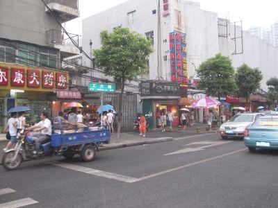 武汉理工大外的工大路小吃一条街。 黄琪 摄