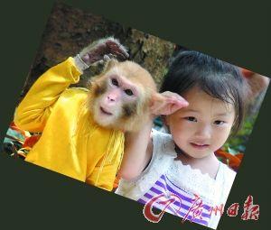 可爱的小朋友与小动物们合影。记者陈卓达摄