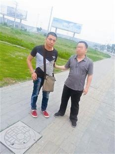 便衣刑警押解嫌疑人彭红涛(左)