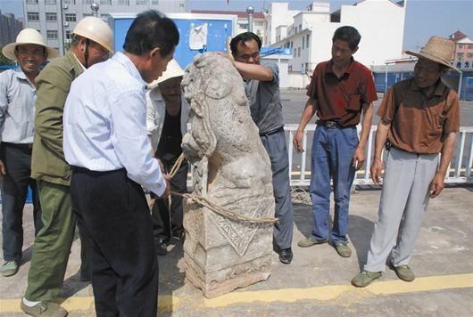 28岁男子借货车吊机盗走黄梅千斤清代石狮(图)