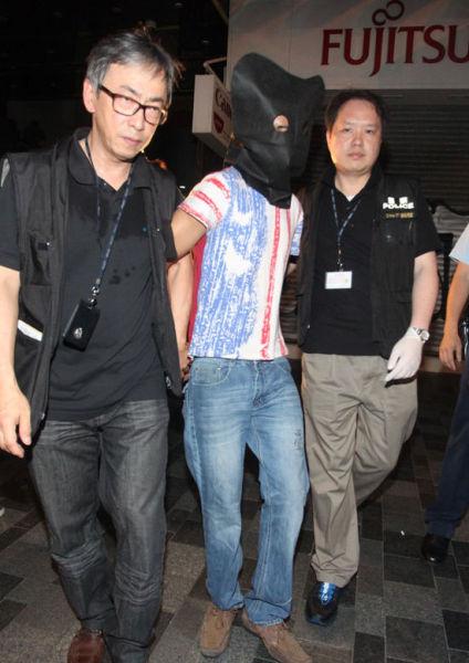 警方凭大厦闭路电视5小时闪电破案,于重庆大厦内拘捕疑涉案的南亚裔男子。(图片来源:香港《大公报》)