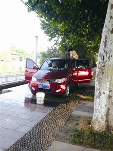 澄月岛人行道成洗车点