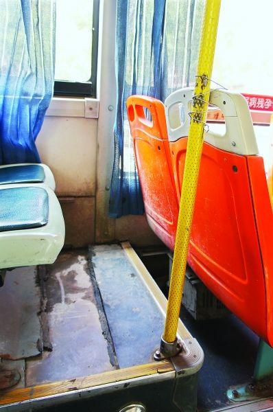 武汉公交车体开裂座位绑铁丝 回应称安全性能正常