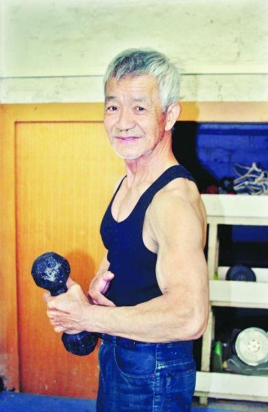 湖北籍学生健身遇79岁肌肉爷爷 可卧推160斤杠铃
