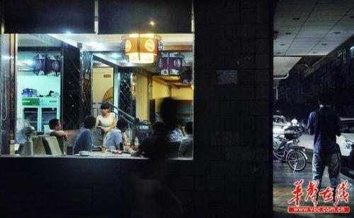 6月7日,长沙市万家丽路与晚报大道交会处,警方正在案发现场附近取证调查。 实习记者 唐俊 摄