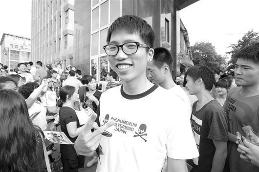 图为:一名考生走出考场自信地做出胜利手势 记者曲严摄