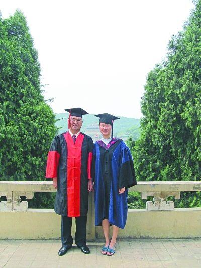 图为唐利军、唐雨萌父女同一天照毕业照。