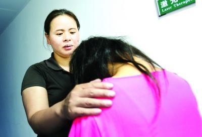 2岁女童烧伤脸庞,11年来无笑脸